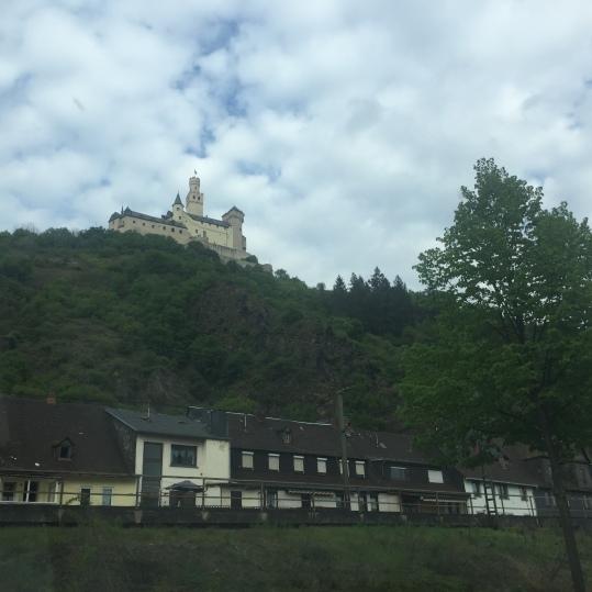 Vistas del castillo de Marksburg desde el otro lado del Rin